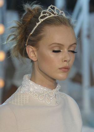 Louis Vuitton messy bun met diadeem